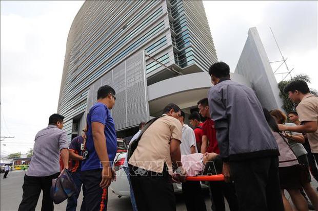 Chuyển nạn nhân bị thương sau trận động đất ở thành phố Davao trên đảo Midanao, miền Nam Philippines ngày 29/10/2019. Ảnh: AFP/TTXVN