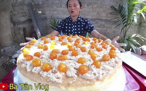 Chiếc clip làm bánh bông lan trứng muối của bà Tân bị chỉ trích.