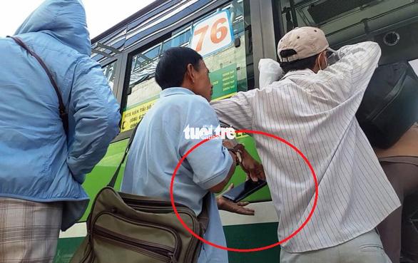 Nhân nhanh chóng chuyền điện thoại vừa móc trộm cho đồng bọn - Ảnh: MINH HÒA