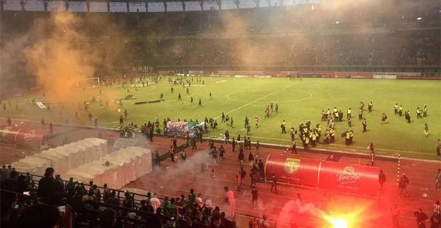 Các cổ động viên tràn xuống sân sau khi tiếng còi kết thúc trận đấu vang lên.