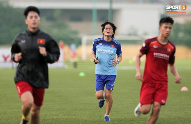 Đình Trọng và Văn Đức tập hồi phục dưới sự hướng dẫn của bác sĩ Choi Ju-young