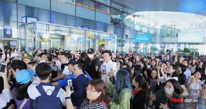 Hàng ngàn fan vây kín.