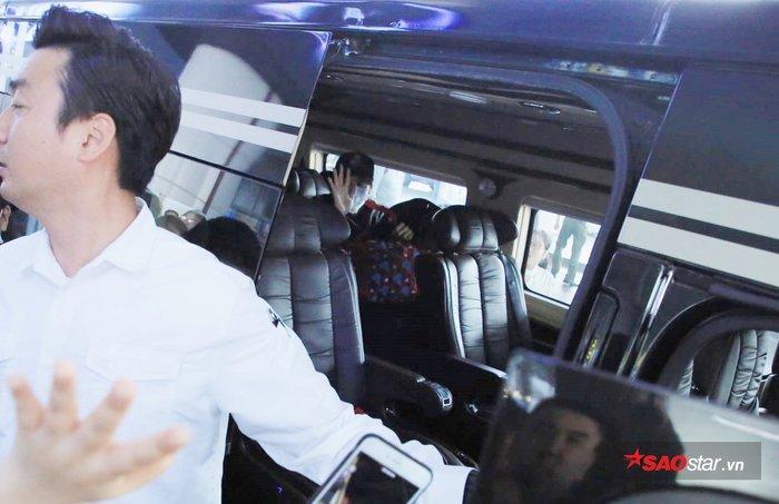 Lee Kwang Soo vẫy tay chào fan.