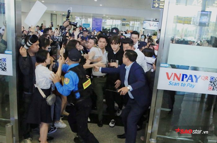 Sân bay hỗn loạn.