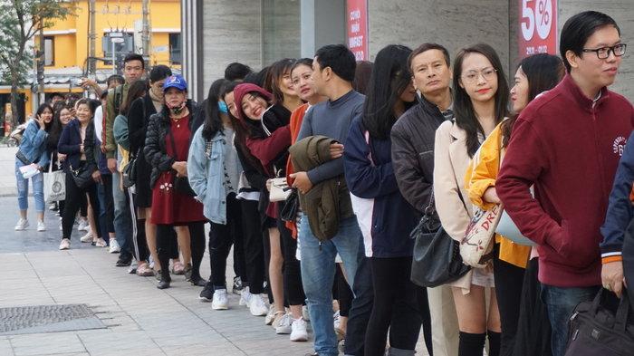 Người dân Hà Nội xếp hàng trước cửa trung tâm thương mại.