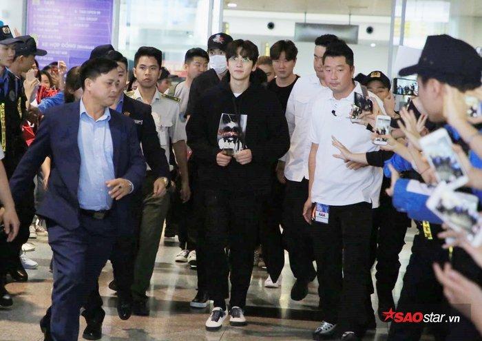Ji Chang Wook và Lee Kwang Soo có mặt tại sân bay Nội Bài trong sự chào đón nồng nhiệt của người hâm mộ.