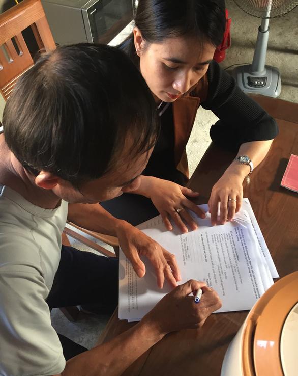 Cán bộ xã Thiên Lộc, huyện Can Lộc hỗ trợ một gia đình có con em mất tích làm các thủ tục cần thiết - Ảnh: B.D