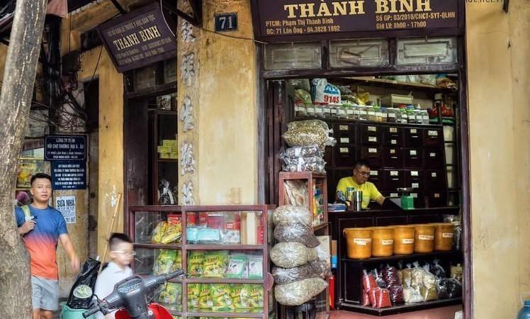 Vẻ đẹp cổ kính vẫn còn được lưu giữa ở những cửa hàng bán thuốc.