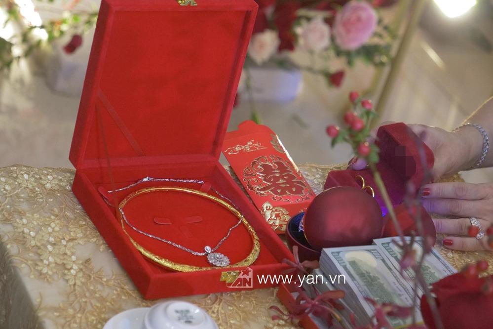 Không chỉ có trang sức, gia đình Ông Cao Thắng còn chuẩn bị vài xấp tiền đô với giá trị rất lớn để làm sính lễ tại đám cưới này.