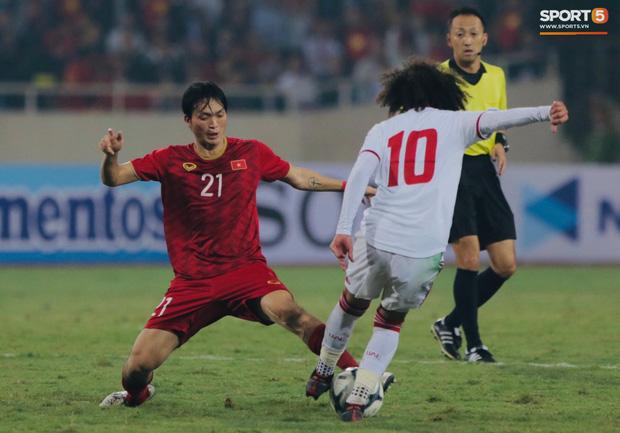 Tiền vệ tài hoa người Thái Bình đã khiến cầu thủ Omar Abdulrahman (số 10) của UAE nhiều lần mất bóng.