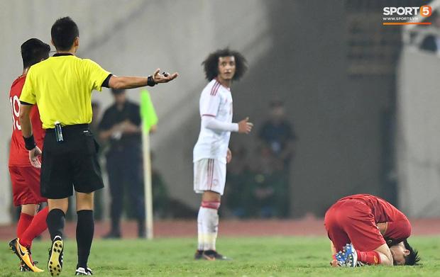 Trong một tình huống, Tuấn Anh bị phạm lỗi đau đớn. Nhiều fan thót tim và lo lắng bởi tiền sử chấn thương của cầu thủ tài hoa này.