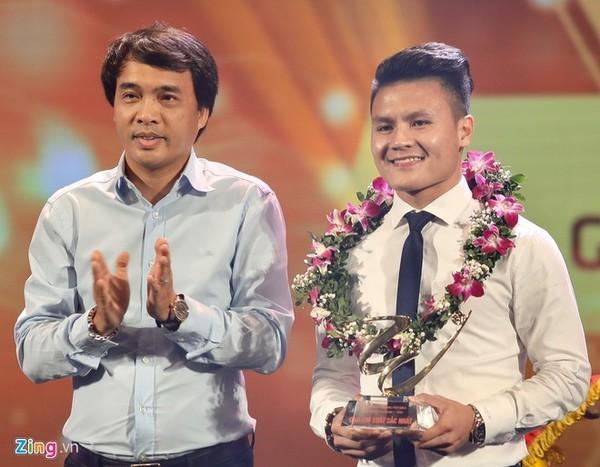 Tiền vệ Quang Hải nhận giải cầu thủ hay nhất.