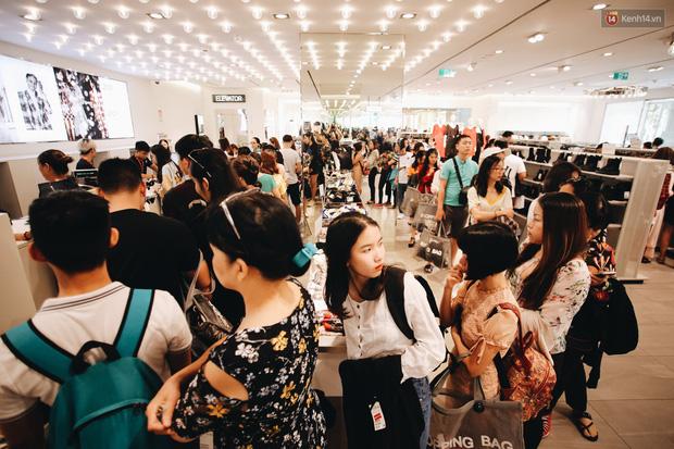 Hình ảnh người dân tấp nập đi mua hàng dịp Black Friday năm nay.