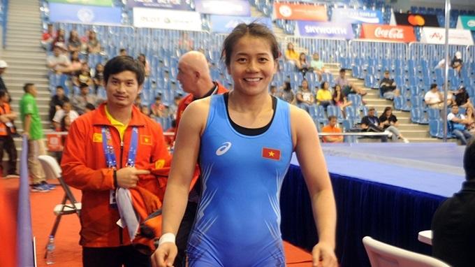 Đô vật Nguyễn Thị Mỹ Hạnh nở nụ cười hạnh phúc sau khi đánh bại Chia Shin của Singapore với tỷ số 12-1, để giành tấm HC vànghạng cân 62 kg nữ.
