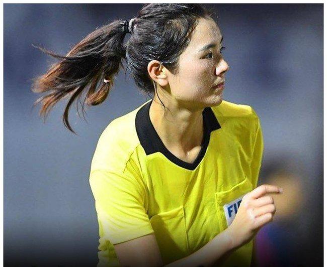 """Trọng tài biên Xie Lijun khiến các """"đấng mày râu"""" xao xuyến với nhan sắc ưa nhìn khi điều khiển trận bán kết bóng đá nữ giữa Việt Nam và Philippines tối 5/12."""