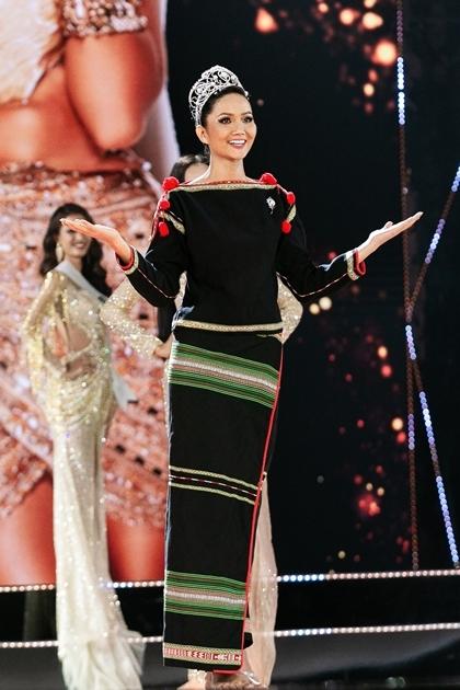 Cô gây xúc động khi xuất hiện với trang phục dân tộc Ê Đê, đi chân trần. Ảnh: Tô Thanh Tân.