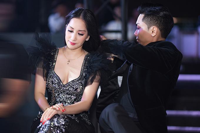 Phan Hiển chăm sóc Khánh Thi tại sự kiện tối 9/10.