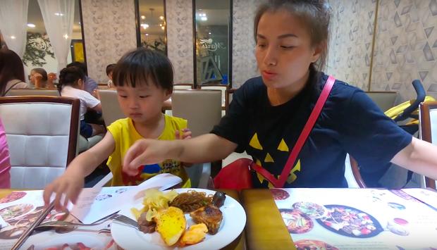 """Sau một hồi """"đánh vật"""" chọn món, Sa ngồi ăn với bà ngoại thì chị Quỳnh mới đứng dậy đi lấy đồ ăn được."""