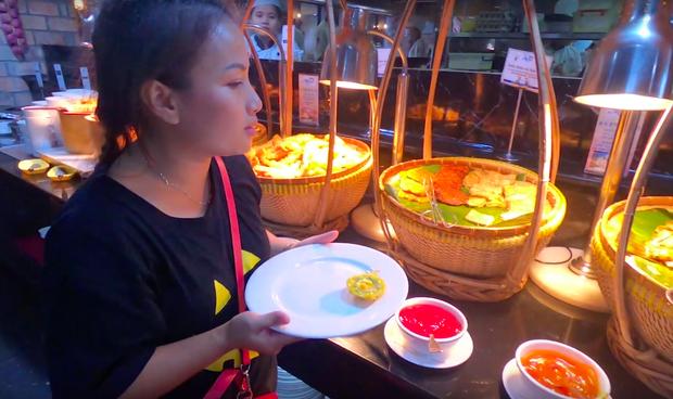 Dù chị Quỳnh dù tự nhủ sẽ ăn hải sản trước, nhưng lại chọn món ăn Việt đầu tiên.