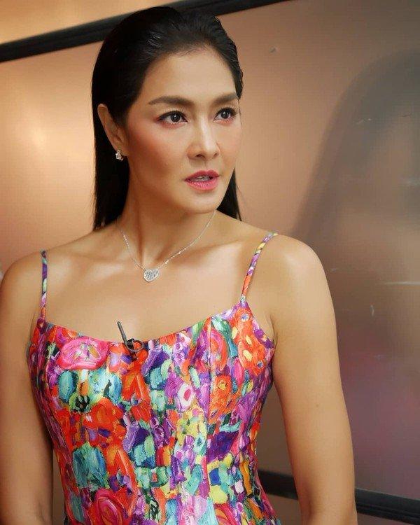 Lukkade Metinee là huấn luyện viên loại Tân hoa hậu Siêu quốc gia trong tập 7 The Face Thái Lan mùa đầu tiên.