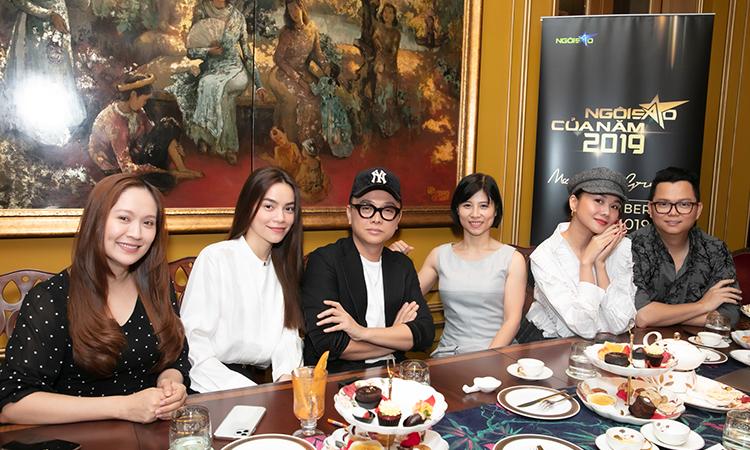 Từ trái qua: diễn viên Thanh Thúy, ca sĩ Hồ Ngọc Hà, nhà thiết kế Công Trí, bà Mai Liên (lãnh đạo báo Ngoisao.net), siêu mẫu Thanh Hằng, đạo diễn Long Kan. Ảnh: Maison de Bil.