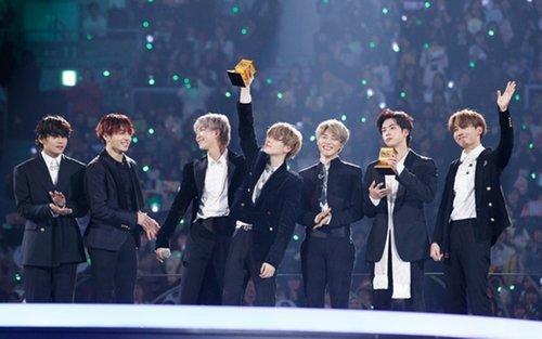 """Từ những chàng trai bị coi thường khi mơ ước có Daesang, BTS giờ đây thậm chí còn """"ẵm trọn"""" hết Daesang trong một lễ trao giải lớn. (Ảnh: Twitter)"""