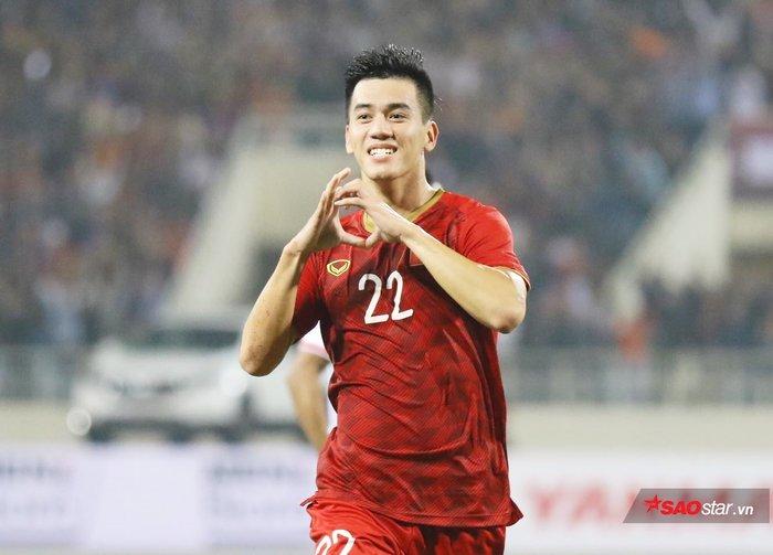 Tiến Linh ghi 2 bàn vào lưới U22 Thái Lan, qua đó giúp U22 Việt Nam vào bán kết với ngôi đầu bảng B.
