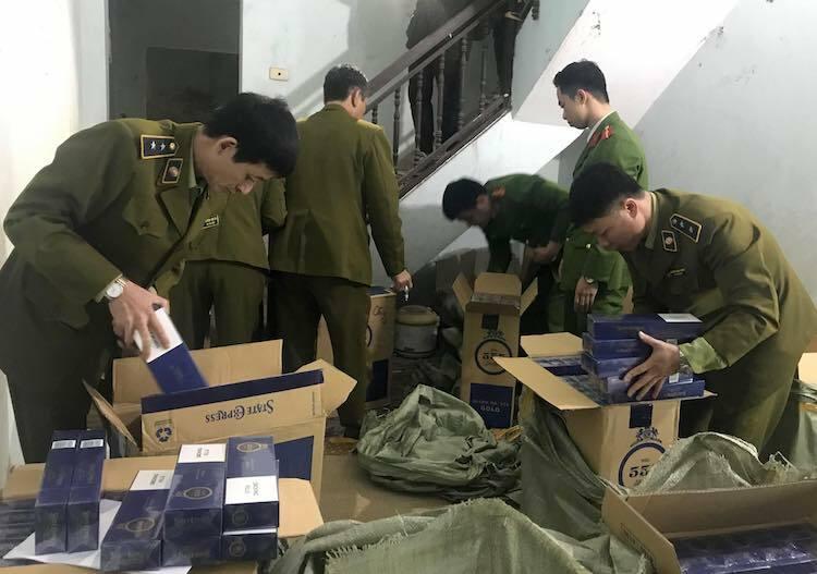 Lực lượng quản lý thị trường kiểm tra điểm tập kết, trữ lượng lớn thuốc lá nhập lậu nhãn hiệu 555 tại quận Hà Đông, ngày 18/1. Ảnh: Quyên Lưu