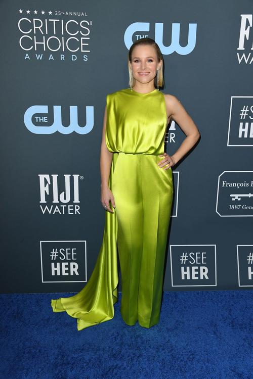 Trong gam màu xanh neon nổi bật, mẫu jumpsuit đã giúp Kristen Bell thể hiện thần thái sang trọng nhưng không kém phần mạnh mẽ, tự tin của một người phụ nữ hiện đại.