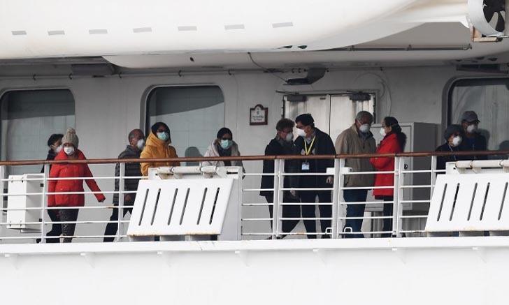 Các hành khách bị cách ly trên tàu Diamond Princess ở cảng Yokohama, Nhật Bản hôm 14/2. Ảnh: AFP.
