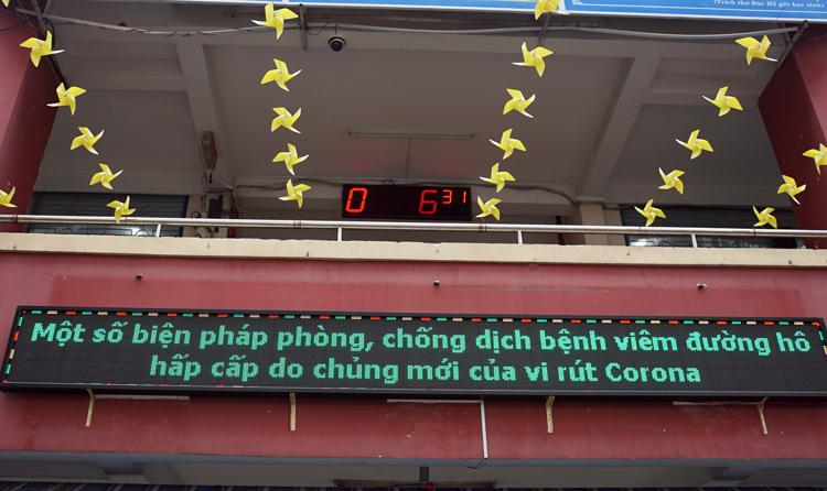 Bảng thông tin trường Tiểu học Nguyễn Thị Minh Khai (quận Gò Vấp, TP HCM) chạy chữ tuyên truyền về dịch bệnh Covid-19. Ảnh: Mạnh Tùng.