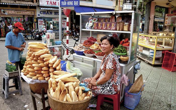 Ngày nay, bánh mì là món ăn bình dân quen thuộc được người Việt ưa chuộng. Hương vị của bánh mi Việt Namđược biến tấu khác nhau tùy từngvùng ở Việt Nam. Bánh mì Hà Nội được đánh giá có phầnnhân đơn giản và nhẹ nhàng hơn so với TP. Hồ Chí Minh, chủ yếu là nguyên liệu đã được chế biến sẵn để nguộinhư lạp xưởng, xúc xích, thịt xíu. Tại các thành phố miền trung như Hội An, nhân bánh mì thịt heo quay luôn được làm nóng.Ảnh: Backpackerlee.