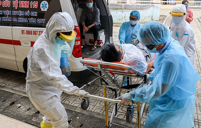 Diễn tập đưa bệnh nhân nghi nhiễm đến cách ly tại bệnh viện dã chiến TP HCM. Ảnh: Quỳnh Trần.