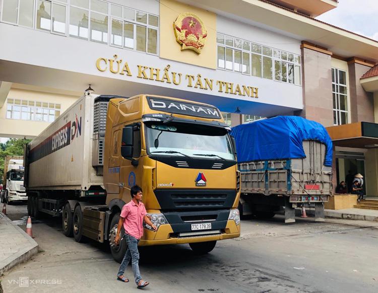 Xe hàng qua cửa khẩu Tân Thanh (Lạng Sơn). Ảnh: Anh Tú