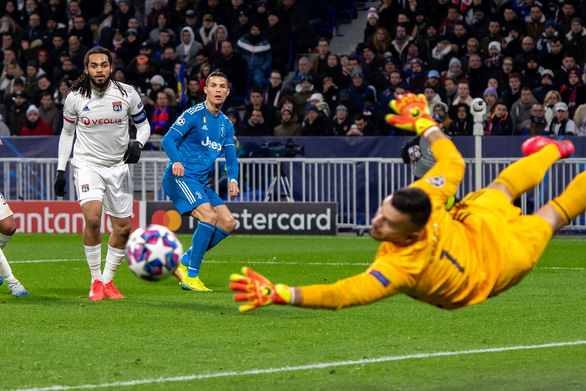 Ronaldo mất hút trên sân, Juventus phơi áo trước Lyon - Ảnh 2.
