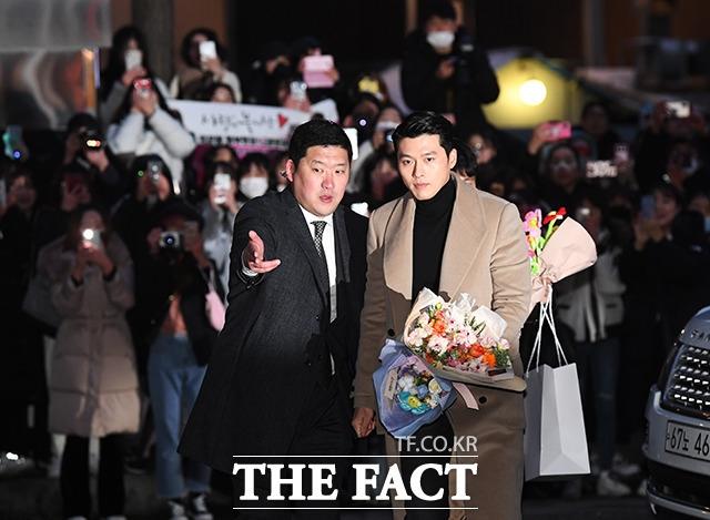 Đội vệ sĩ và bảo an rất khó khăn mới đưa được Hyun Bin an toàn đi qua đám đông và vào nơi tổ chức tiệc.