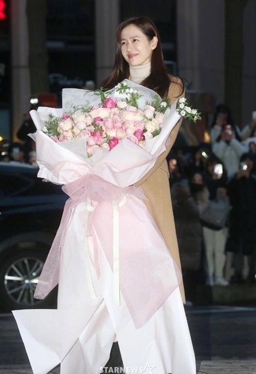 Ye Jin hạnh phúc với bó hoa hồng đoàn phim trao tặng. Đáng ra, tiệc mừng công của êkíp được tổ chức từ hôm 13/2, một ngày sau khi cảnh quay cuối cùng hoàn thành. Tuy nhiên, đài tvN lùi lịch xuống tối 16/1 để các diễn viên cùng nhau xem tập cuối.
