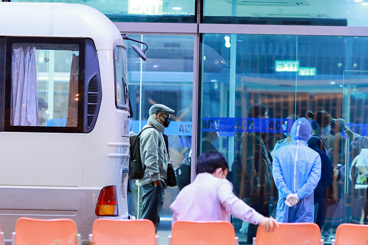 Đoàn dừng ở sảnh nhà ga VIP khoảng 30 phútđể kiểm tra y tế lần cuối, khử trùng hành lý trước khi lên máy bay. Ảnh: Nguyễn Đông.