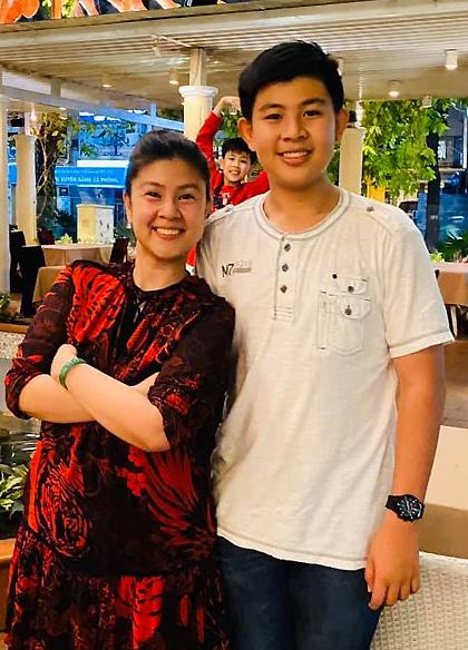 Kim Thư bên con trai Phước Quang, Phước Thịnh (áo đỏ, phía sau). Ảnh:Kim Thư.