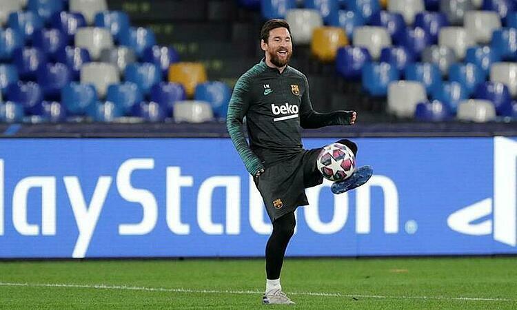 Messi tươi cười tập luyện trên sân San Paolo. Ảnh: Reuters.
