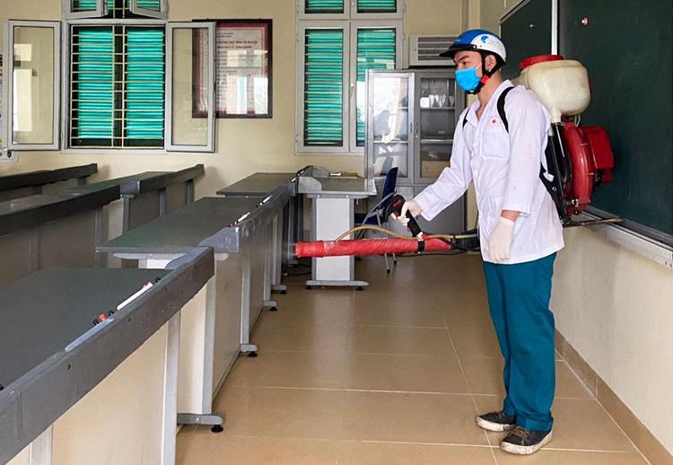 Nhân viên ytế phun thuốc khử trùng ở trường THCS Trưng Vương, quận Hoàn Kiếm, Hà Nội ngày 10/2. Ảnh: Trường THCS Trưng Vương..