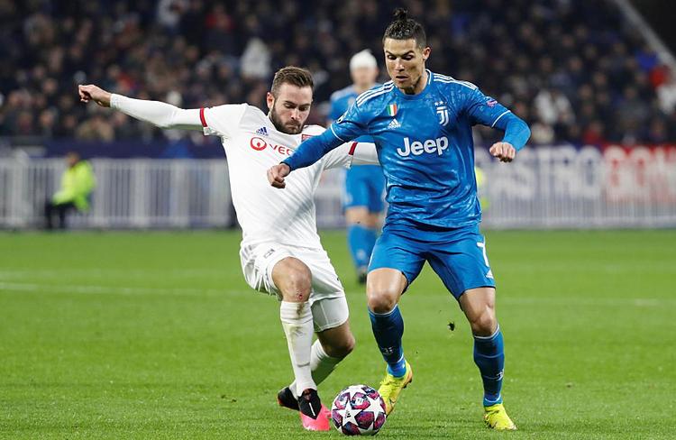 Ronaldo (phải) chưa cải thiện được kĩ năng đá phạt. Ảnh: Reuters.