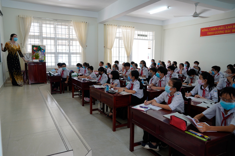 Học sinh trường THCS TP Bến Tre đeo khẩu trang đi học ngày 7/2. Ảnh: Hoàng Nam.