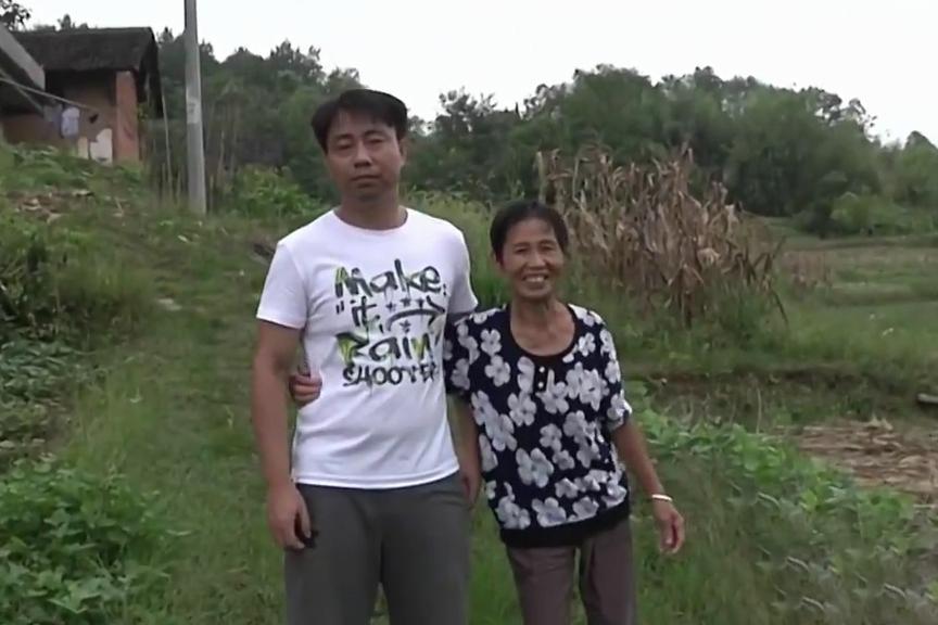 Tăng Ái Vân trở về quê sống cùng mẹ. Ảnh: CCTV.