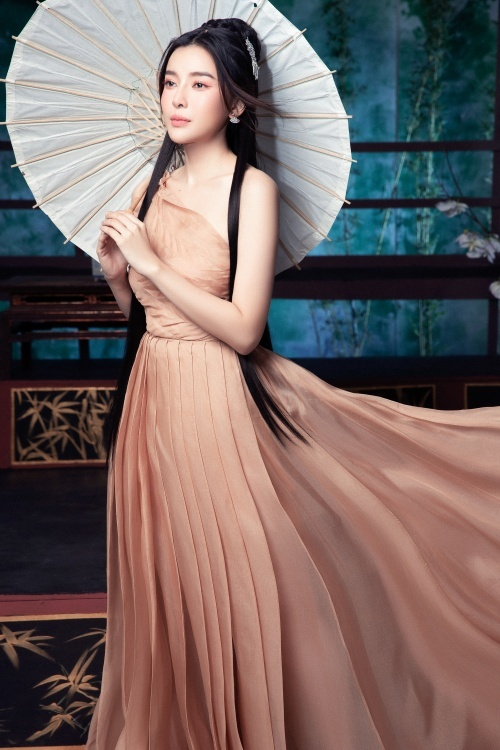 Người đẹp khoe dáng trong bộ váy lệch vai với chi tiết xếp ly tinh tế.