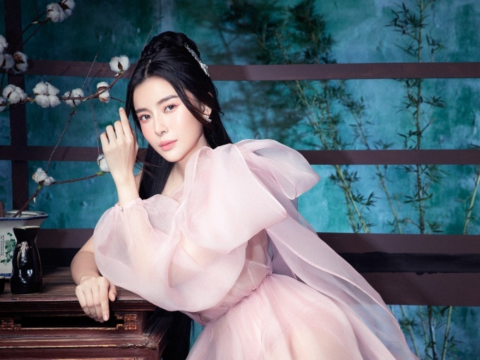Nữ diễn viên ưu ái những bộ cánh màu pastel ngọt ngào.