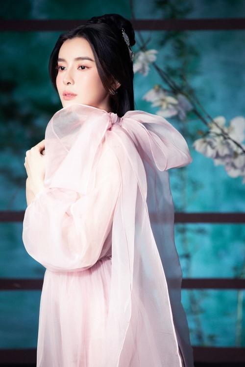 Điểm nhấn của trang phục là chi tiết nơ to bản – xu hướng được ưa chuộng trong năm qua.