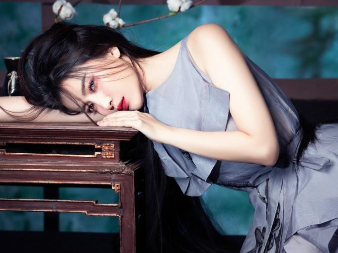 Cao Thái Hà sinh năm 1990. Cô từng ghi dấu qua các bộ phim Hậu duệ mặt trời, Tiếng sét trong mưa...