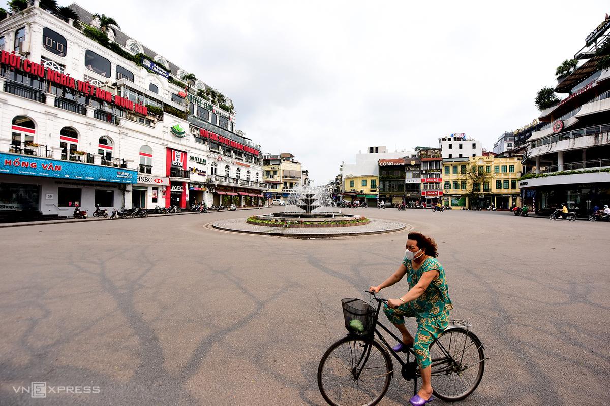Quảng trường Đông Kinh Nghĩa Thục (quận Hoàn Kiếm, Hà Nội) vắng lặng sau quyết định đóng cửa cơ sở kinh doanh dịch vụ không thiết yếu, ngày 26/3. Ảnh: Giang Huy