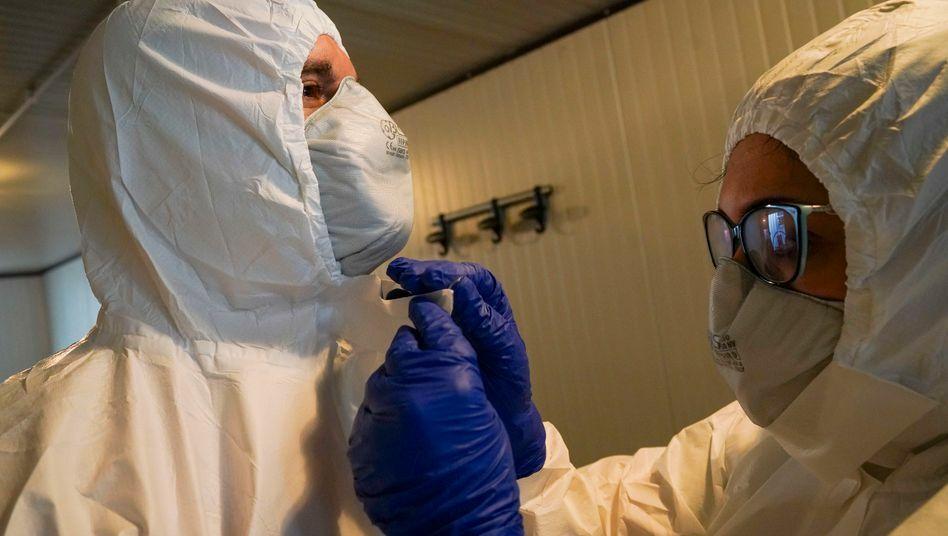 Nhân viên y tế chống dịch Covid-19 ở Rome. Ảnh: Andrew Medichini/AP.
